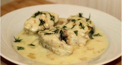 Минтай со сметаной и чесноком на сковороде. Рыба получается нежная и сочная