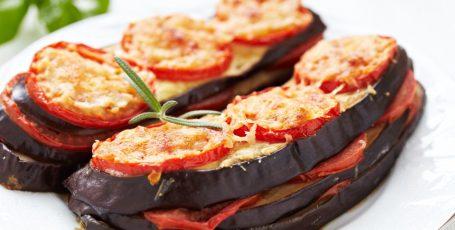 БАКЛАЖАНЫ С СЫРОМ ПО-ИТАЛЬЯНСКИ Потрясающе вкусное и ароматное итальянское блюдо с базиликом, томатами и сыром