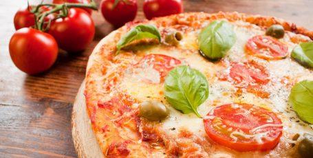 Домашняя пицца с колбасой и сыром и помидорами