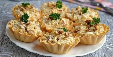 Салат с курицей и ананасом в тарталетках