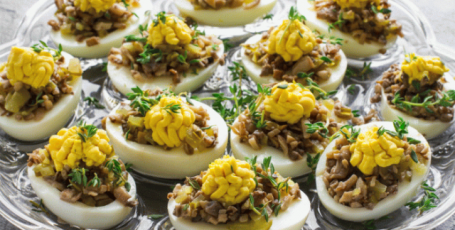Вкуснейшая закуска — яйца с грибной начинкой