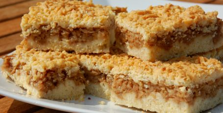 Песочный пирог с яблоками и орехами