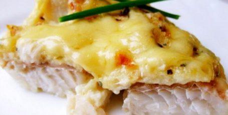 Минтай в сметанном соусе под сырной шубкой