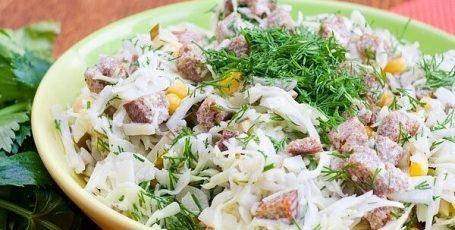 Салат с сухариками и солеными огурцами