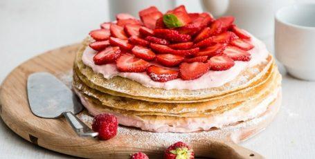 Блинный пирог с клубникой