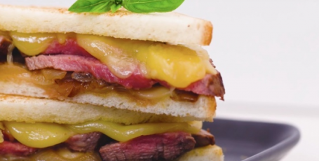 Сытные сандвичи с сыром и мясом