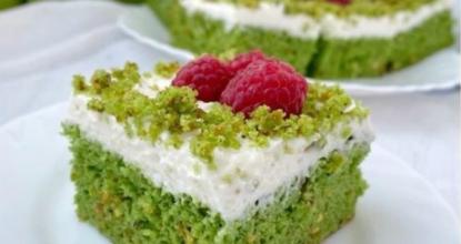 Фисташковые пирожные с творожным кремом и малиной