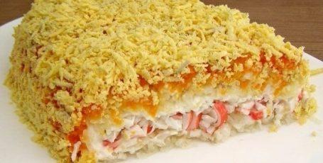 Крабовый слоеный салат.