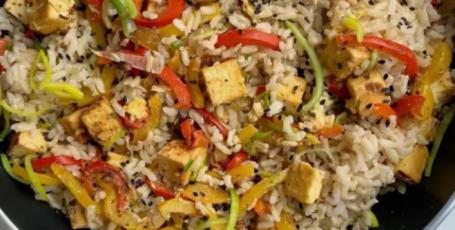 Бурый рис с тофу и овощами
