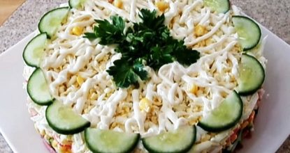 Салат с крабовыми палочками, свежим огурчиком и кукурузой