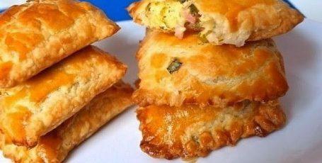 Пирожки из солоеного теста с зеленым луком, сыром и ветчиной