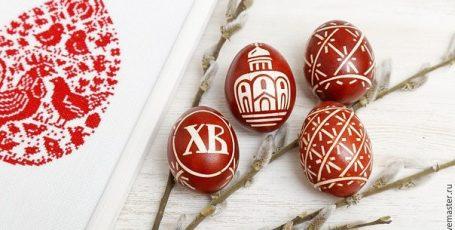 Окрашиваем пасхальные яйца в традиционном луковом отваре