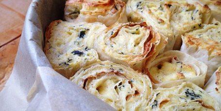 Слоеный пирог из лаваша с творогом сыром и зеленью