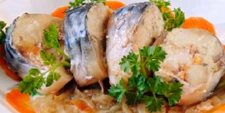 Быстрый ужин в рукаве – скумбрия с овощами