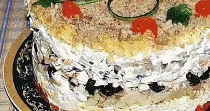 """Салат """"Торжество"""" с курицей и черносливом"""